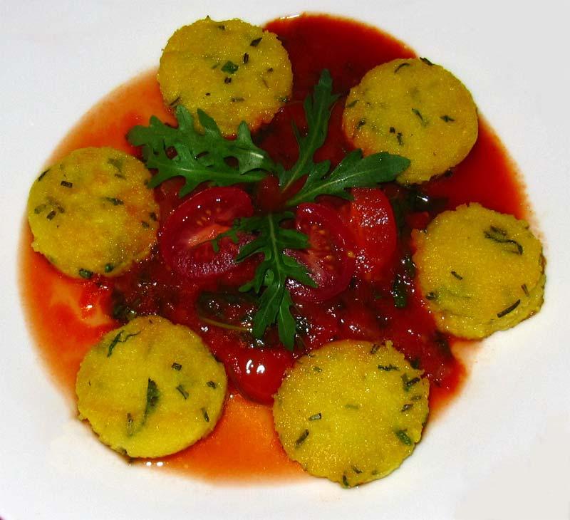 polenta taler mit frischen kr utern in tomaten sugo. Black Bedroom Furniture Sets. Home Design Ideas
