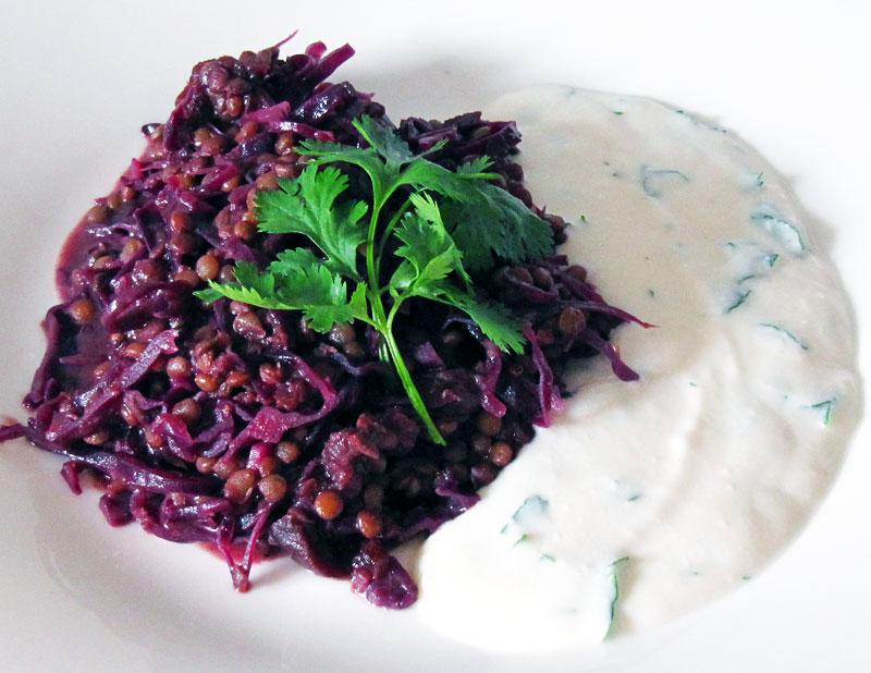 Rotkohl-Linsen Curry an Ingwer-Raita
