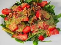 Spargelsalat mit Erdbeeren und Rucola