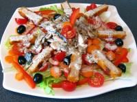 Warmer Salat mit Pilz-Sauce und Soja-Topping