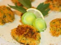Gemüse-Walnuss-Puffer an Bärlauchschaum