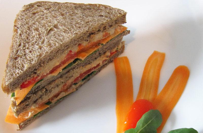Hummus-Sandwich mit gerösteten Paprika