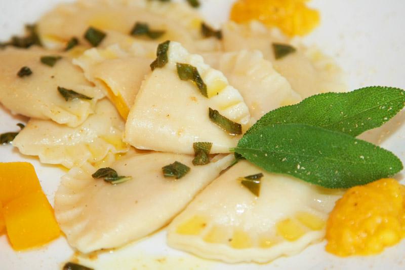 Kürbis-Ravioli an Salbei-Zitronen-Sauce