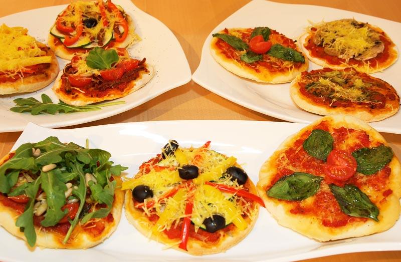 Verschiedene Mini-Pizza Variationen