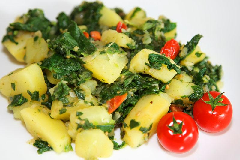 Aloo Palak - indische Kartoffeln mit frischem Spinat