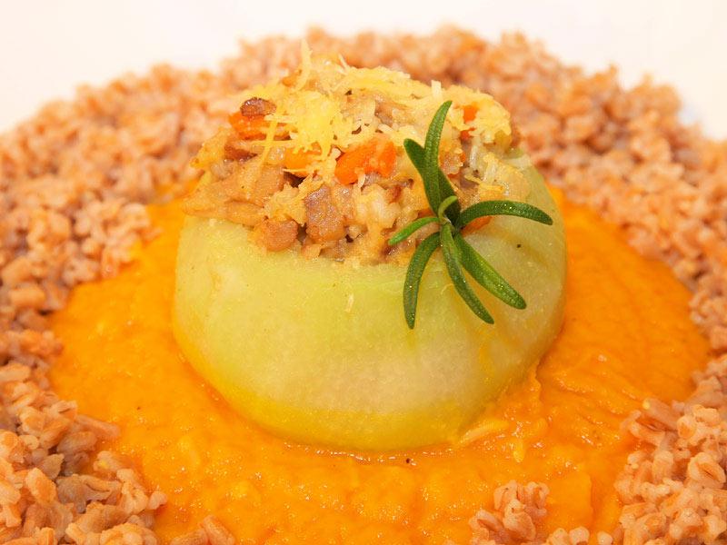 Gefüllte Kohlrabi an Karottensauce