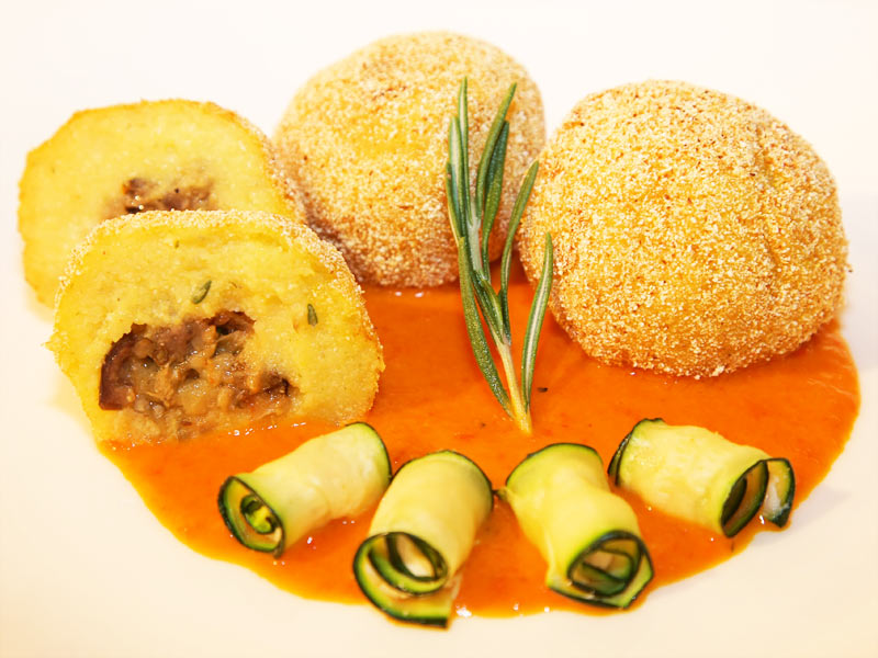 Gefüllte Polenta-Knödel an Paprika-Chili-Dip