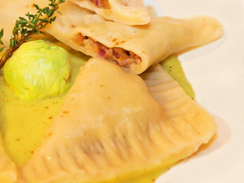Ravioli mit Maronenfüllung und Rosenkohl-Sauce