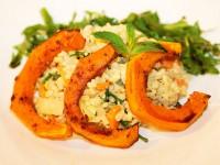 Weizenrisotto mit Gemüse an gebackenem Kürbis