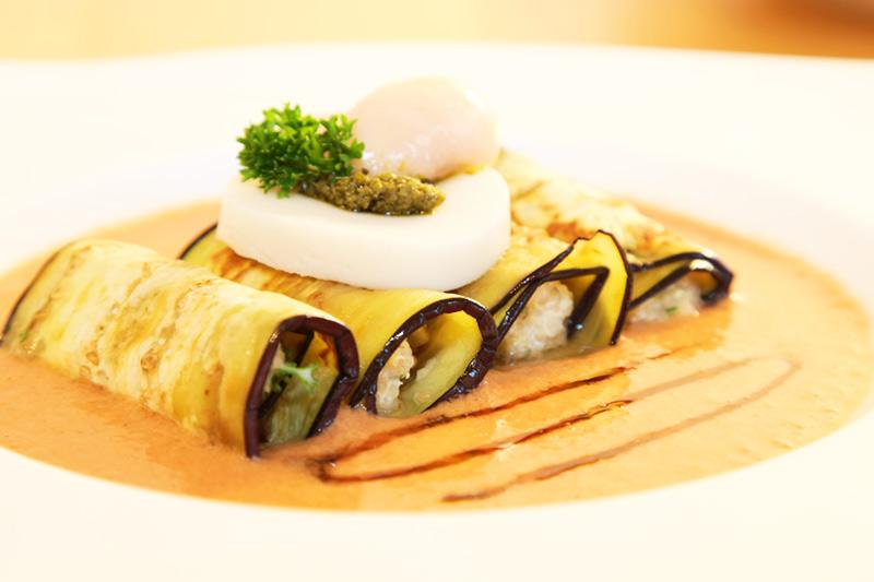 Auberginen-Röllchen mit Quinoa-Frischkäse Füllung an Tomaten-Lavendel-Sugo