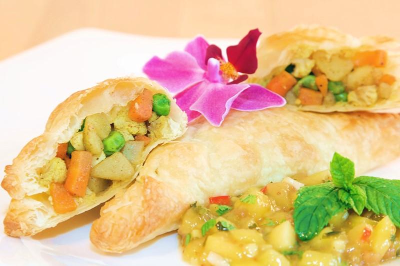 Blätterteig Samosas mit Mango-Minz-Feigen-Chutney