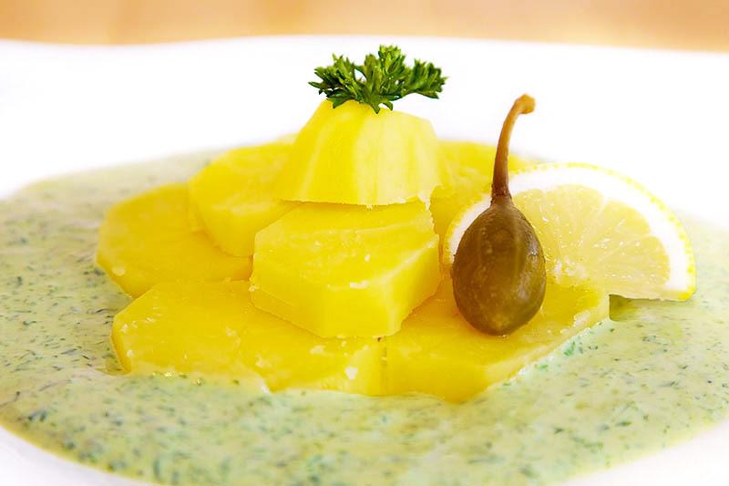 Frankfurter Grüne Soße mit Kartoffelscheiben und Kapernäpfeln
