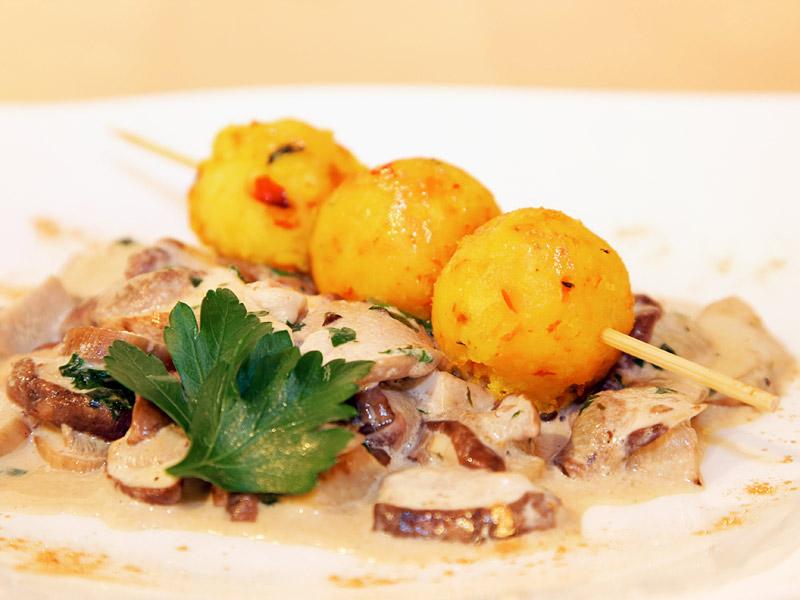 Frittierte Kartoffel-Hokkaidokürbis-Bällchen auf Steinpilz-Ragout