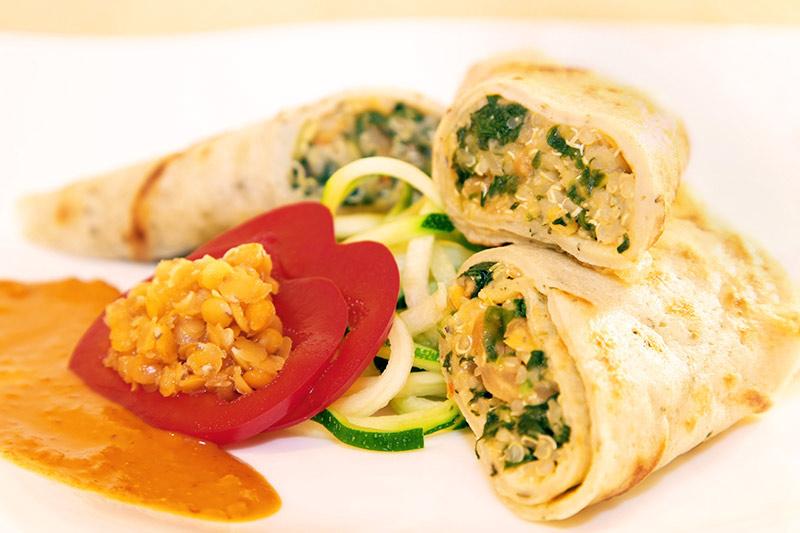 Gefüllte vegane Pfannkuchen mit Spinat, Linsen und Quinoa