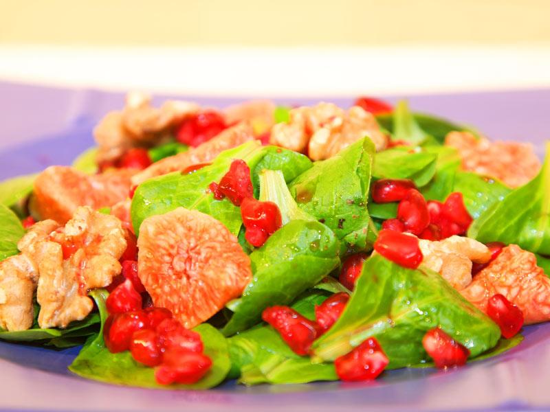 Herbstlicher Feldsalat mit Walnüssen, Feigen und Granatapfelkernen