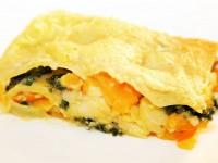 Hokkaido-Kuerbis-Lasagne mit Grünkohl und Kräuterseitlingen, überbacken mit veganer Béchamelsoße.