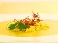 Indische gelbe Linsen Suppe mit Chilifäden und frischem Koriander
