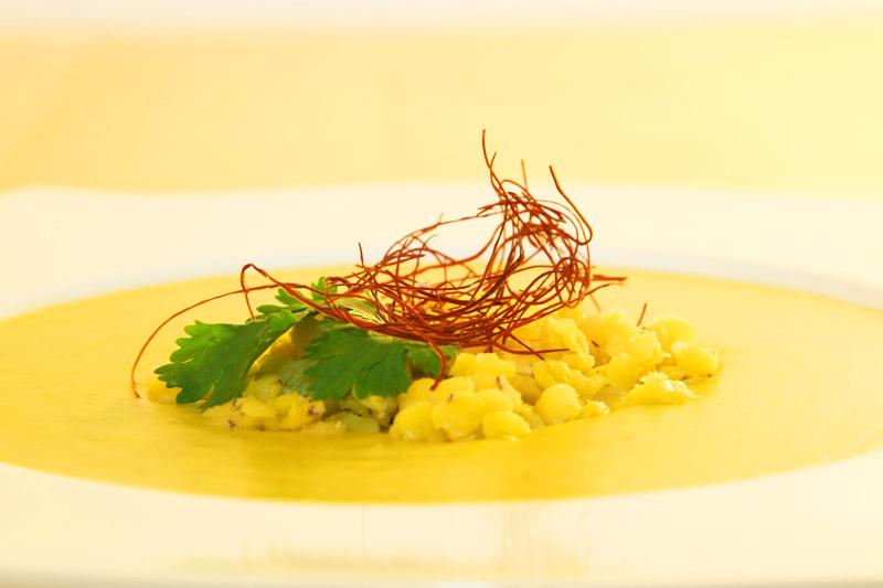 indische gelbe linsen suppe mit chilif den und frischem koriander. Black Bedroom Furniture Sets. Home Design Ideas