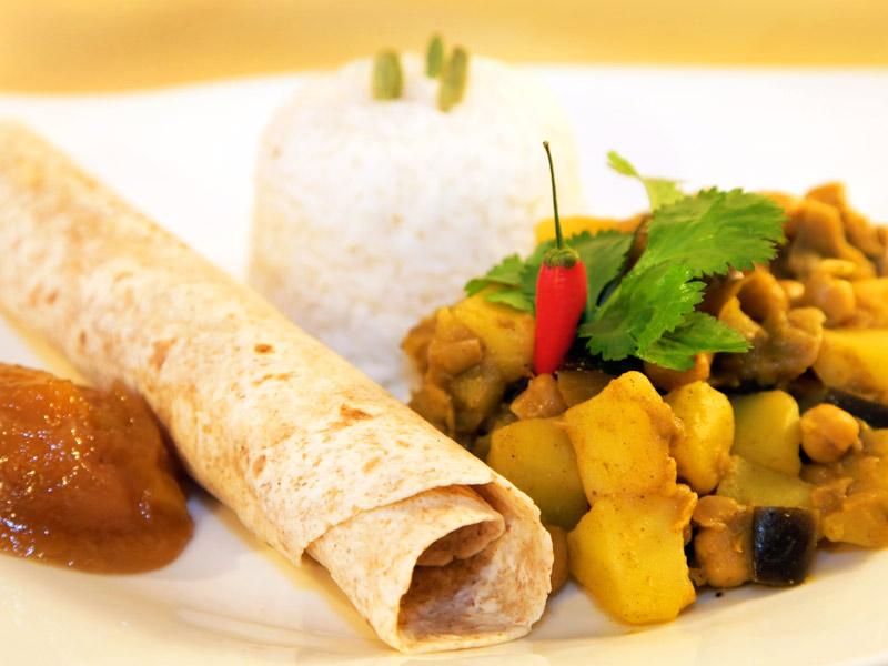 Indisches Curry mit Kartoffeln, Auberginen und Kichererbsen