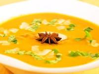 Kokos-Tomaten-Suppe mit rotem Pesto, Kokoschips und frischem Basilikum