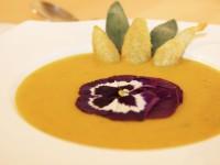 Kürbis-Mango Suppe mit frittierten Salbei-Blättern