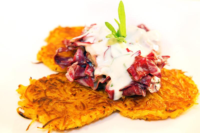 Herbstliche Kürbis-Pastinaken Puffer mit Radicchio-Salat an Orangen-Estragon Dressing