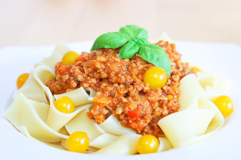 Pappardelle mit Linsen-Soja-Bolognese und Tomberry-Tomaten