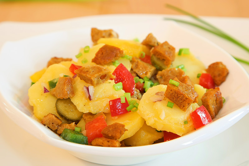 Veganer schwäbischer Kartoffelsalat mit Seitan-Häppchen