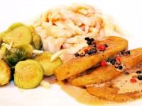 Seitan-Medaillons mit Pfeffer-Sauce an Rosenkohl und Spätzle