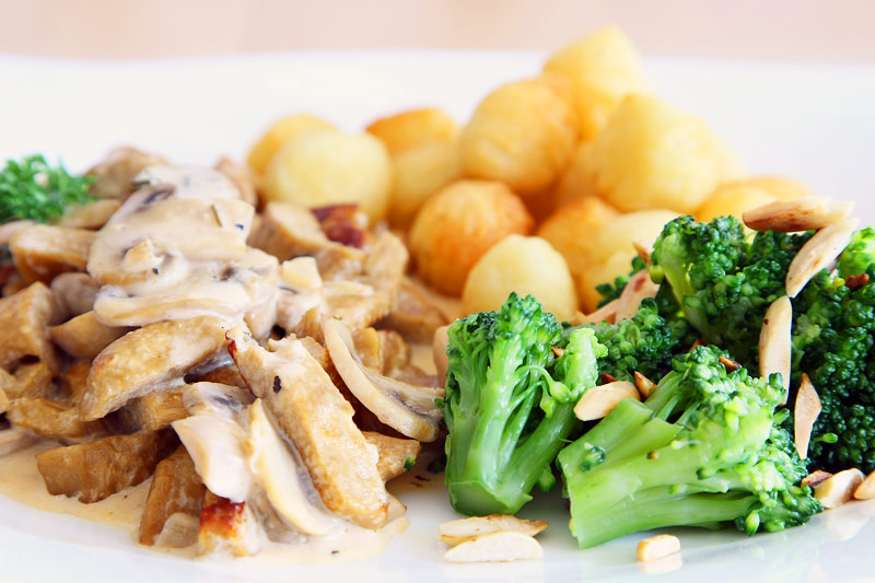 Seitan Rahmgeschnetzeltes mit Pilzen, Mandel, Brokkoli und Kroketten