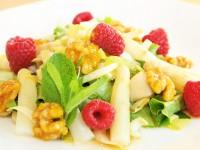 Sommersalat mit Spargel, Chicoree, Himbeeren, karamellisierte Walnüssen, Minze an Mango-Marillen-Dressing