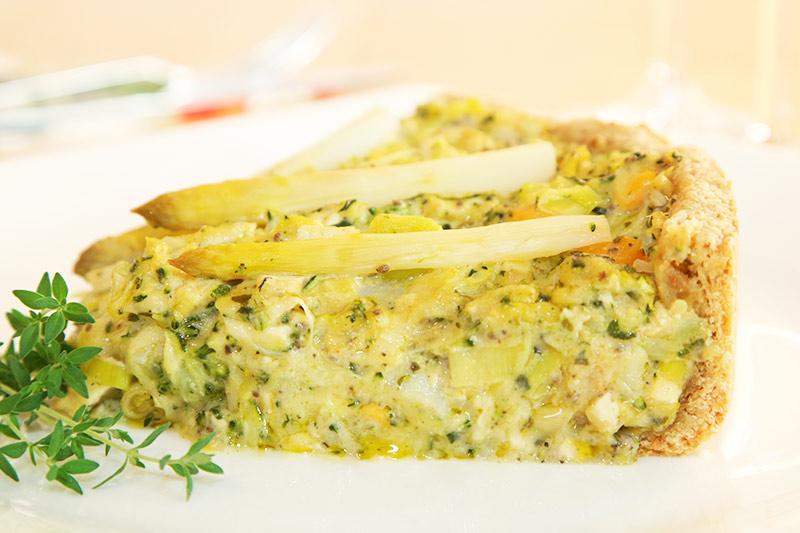 Vegane Quiche mit Spargel, Brokkoli, Lauch, Süßkartoffeln, Orangen-Thymian, Chia-Samen, veganem Käse und Bärlauch-Tofu