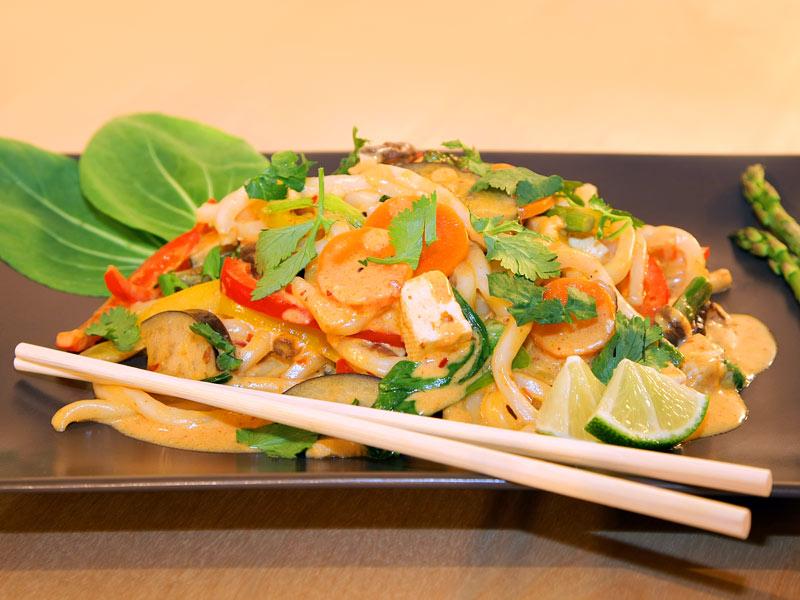 Vegane Udon-Nudeln mit rotem Kokos-Curry