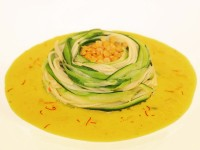 Zucchini-Spaghetti-Nest mit Linsen an Safran-Sauce